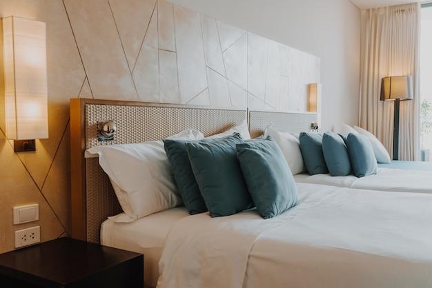 Linda e confortável decoração de travesseiro no quarto