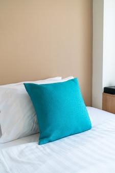 Linda e confortável decoração de travesseiros na cama no quarto