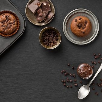 Linda e deliciosa sobremesa e pedaços de chocolate