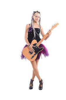 Linda e elegante cantora com um violão