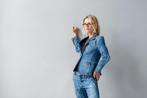 Linda e elegante modelo loira com terno jeans posando