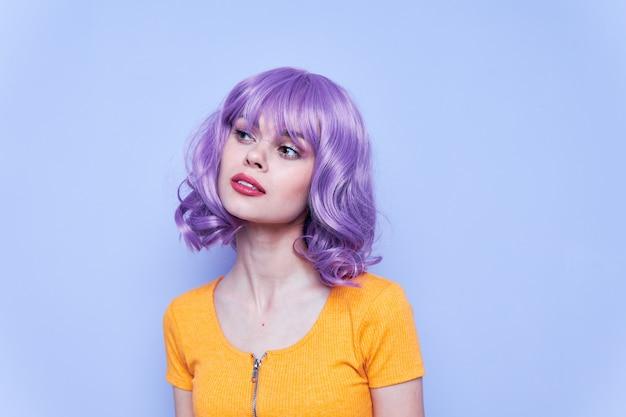 Linda e emocional modelo cabelo roxo cabelo roxo isolado fundo