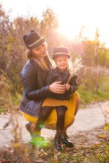 Linda e encantadora mãe caminhando com a filhinha