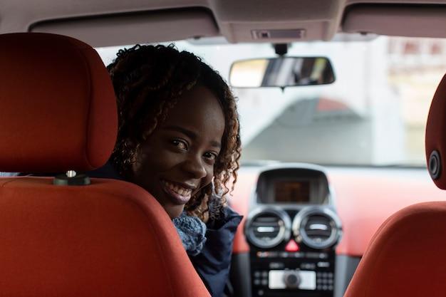 Linda e feliz afro-americana no carro