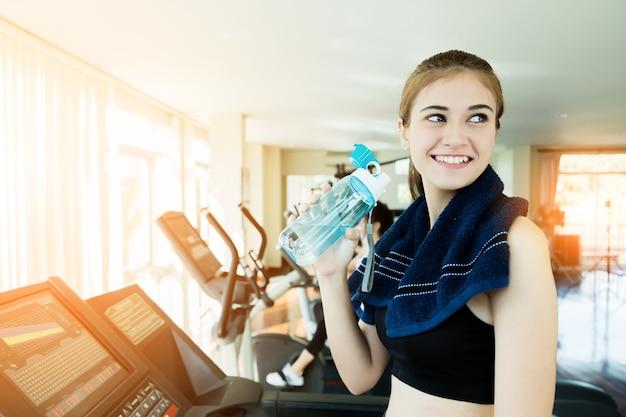Linda e inteligente, caucasiana, jovem, mulher, sorria, enquanto, exercitar, ginásio, fitness center