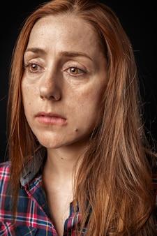 Linda e triste mulher chorando