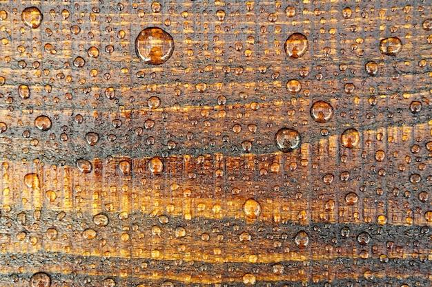 Linda e velha superfície de madeira coberta com pingos de chuva.