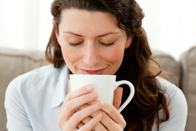Linda empresária aproveitando seu café em casa