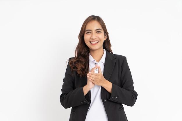 Linda empresária asiática sorrindo enquanto bate palmas ao olhar para a câmera