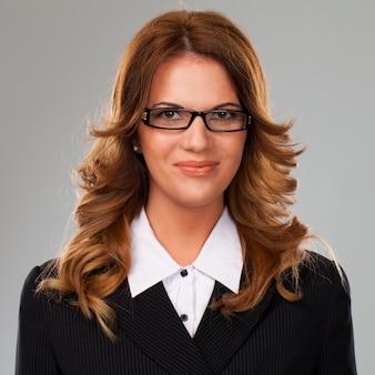 Linda empresária caucasiana em copos