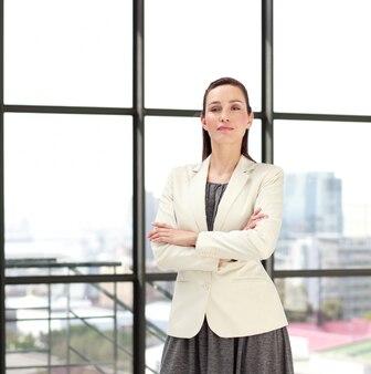 Linda empresária confiante com braços dobrados