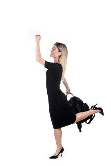 Linda empresária correndo com bolsa