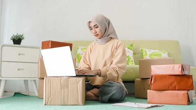 Linda empresária focada em trabalhar no laptop