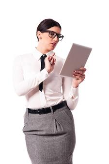 Linda empresária usando tablet digital