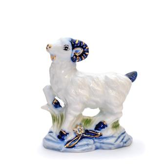 Linda estatueta de porcelana de uma cabra em estilo gzhel azul branco isolada em fundo branco