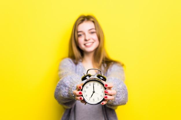 Linda estudante adolescente com despertador, isolada