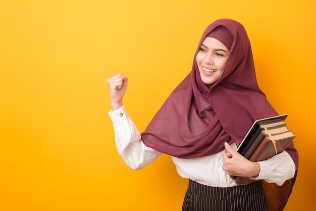 Linda estudante universitária com retrato hijab