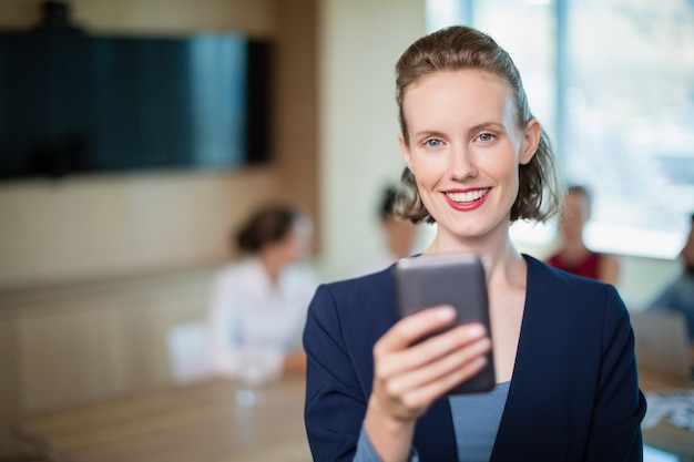 Linda executiva falando ao celular na sala de conferências