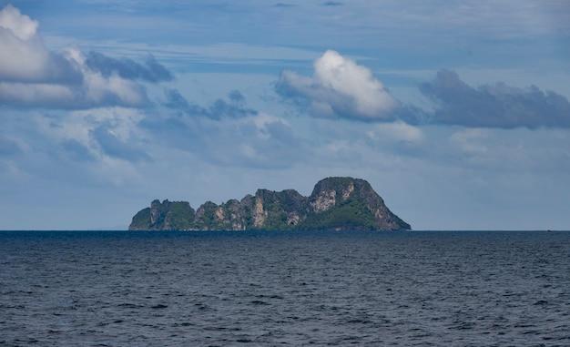 Linda falésia rochosa perto do mar sob o céu escuro e nublado