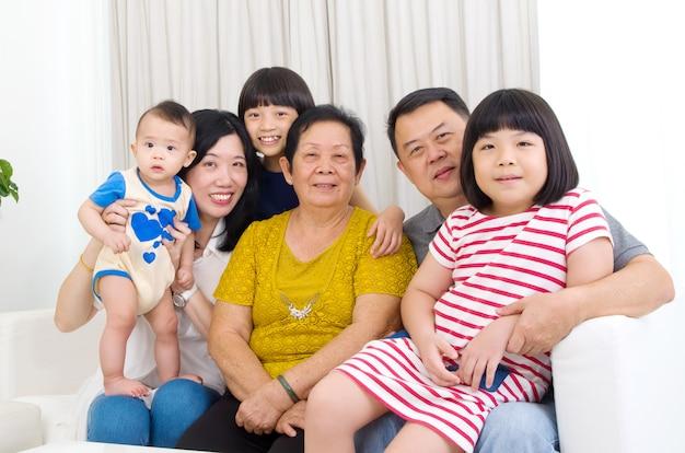 Linda família asiática 3 gerações