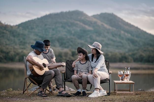 Linda família asiática e filho fazendo piquenique