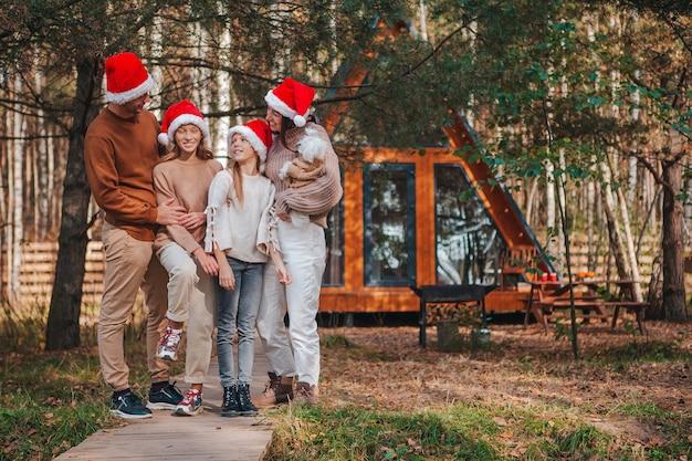 Linda família com crianças caminhando no dia de natal
