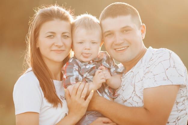 Linda família com um menino num dia de verão.