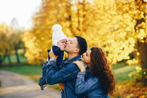 Linda família em um parque