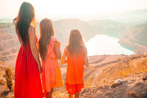 Linda família feliz de mãe e filhos nas férias de verão