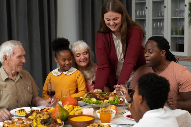 Linda família feliz em um jantar de ação de graças