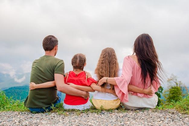 Linda família feliz nas montanhas
