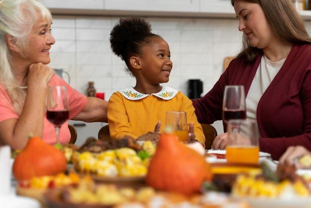 Linda família feliz tendo um bom jantar de ação de graças juntos