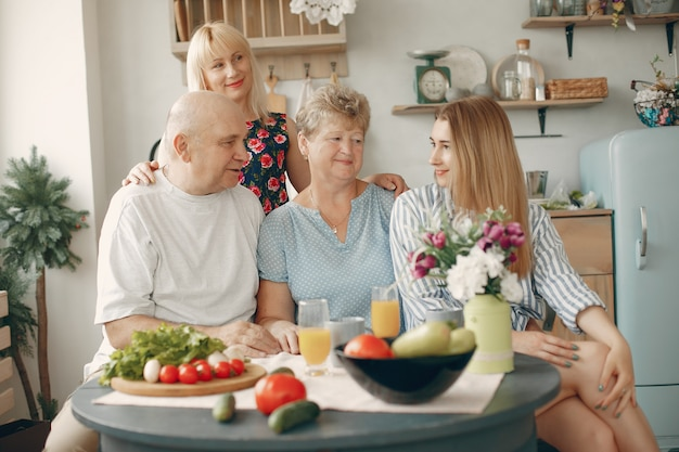 Linda família grande preparar comida em uma cozinha