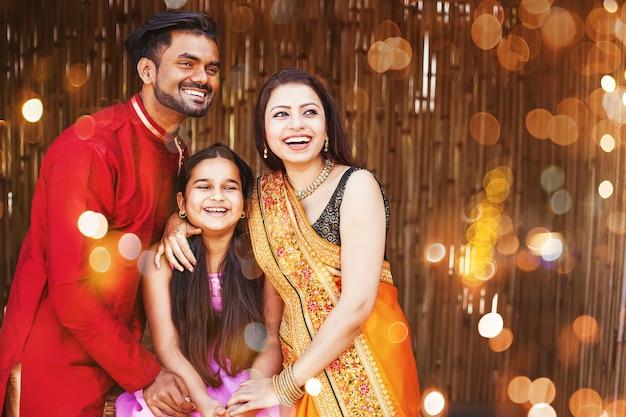 Linda família indiana em roupas étnicas tradicionais com uma menina