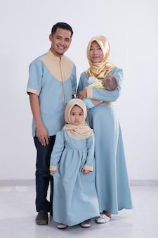 Linda família muçulmana com filhos juntos