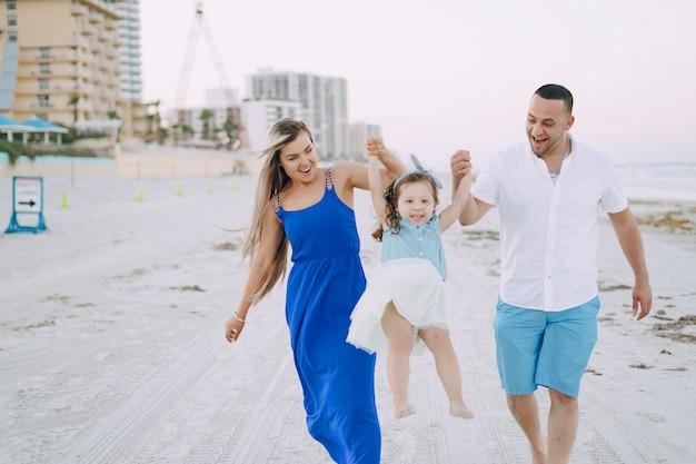 Linda família na praia