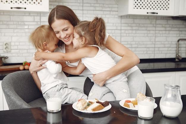 Linda família passa o tempo em uma cozinha