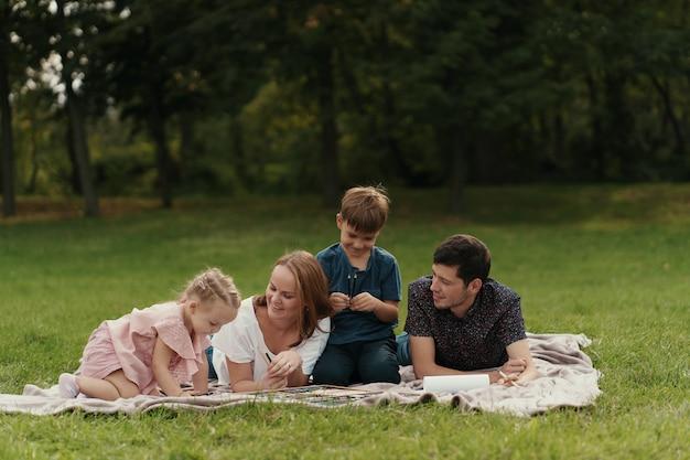 Linda família passa tempo juntos ao ar livre