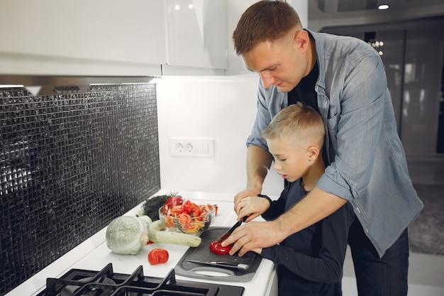 Linda família preparando comida em uma cozinha