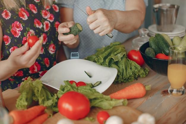 Linda família preparar comida em uma cozinha