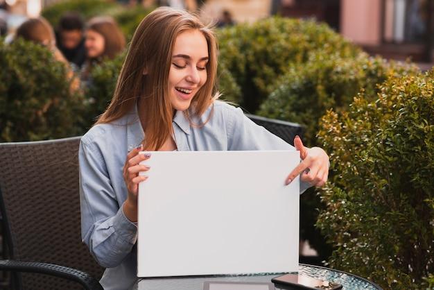 Linda fêmea, apontando para a folha de papel