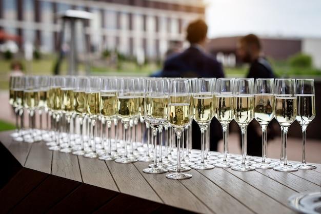 Linda fila de taças de vinho cheias em um evento