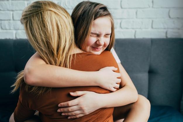 Linda filha adolescente dando um abraço para mãe