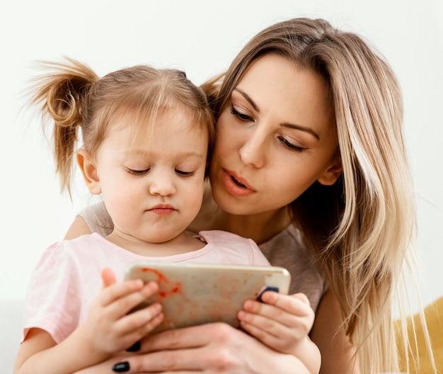 Linda filha e mãe passando um tempo juntas em casa