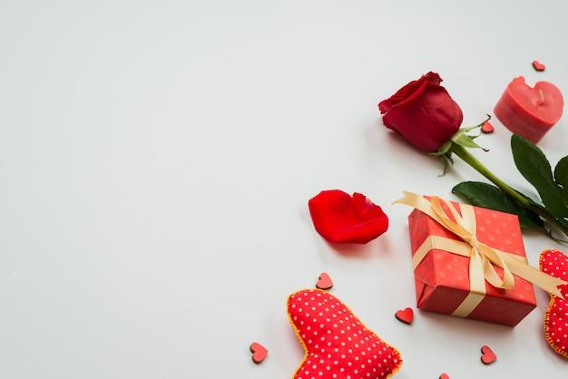 Linda flor rosa vermelha com corações e caixa de presente