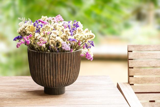 Linda flor seca em vaso de madeira para decoração