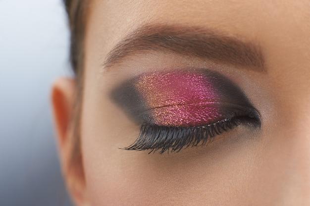 Linda foto do olho com maquiagem perceptível