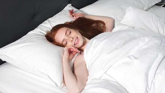 Linda garota acorda em sua cama