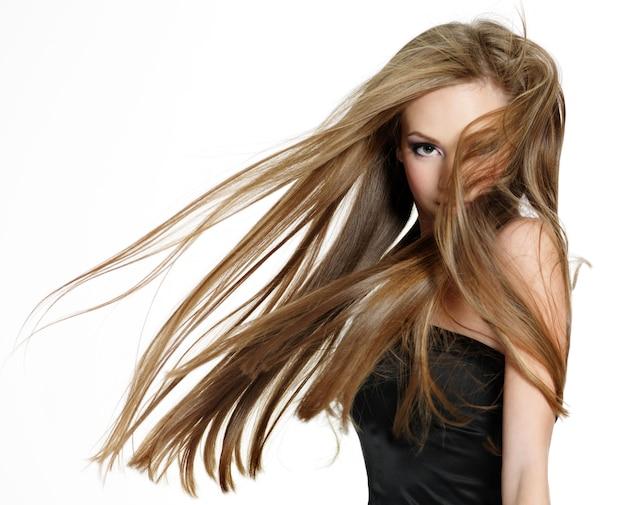 Linda garota adolescente balançando a cabeça com cabelo comprido no espaço hwite