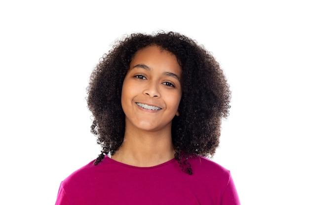Linda garota adolescente com aparelho dentário isolado em uma parede branca